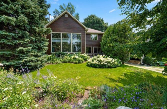 Rental of the Week: Cottage-Like Home in Collingwood with Amazing Water Views